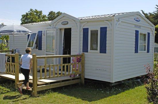 Camping Les Blancs Chenes : Vue extérieure Mobil Home
