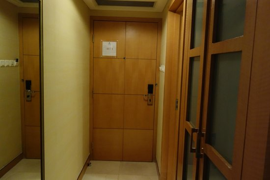 Park Plaza Wangfujing: Door. At right is the bathrrom door and closet