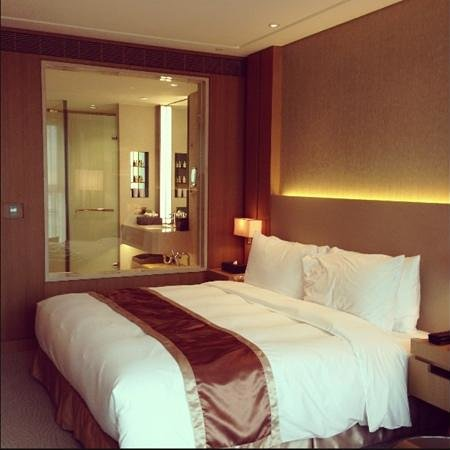 Millennium Hotel Taichung: big room & nice bathroom