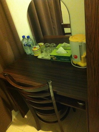Pok Eng Tin Hotel: Small table
