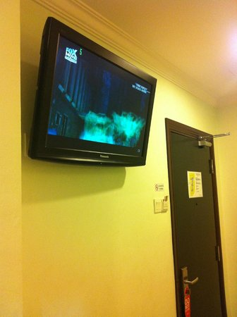 Pok Eng Tin Hotel: TV overlooking the bed