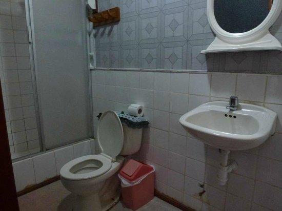 Hotel Plaza: Bad in einem der Zimmer (hinten links)