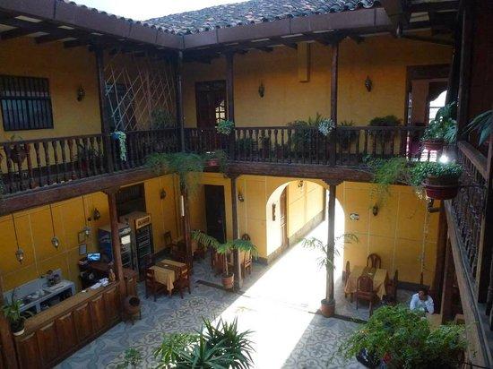 Hotel Plaza: Blick auf Eingangsbereich zum Patio