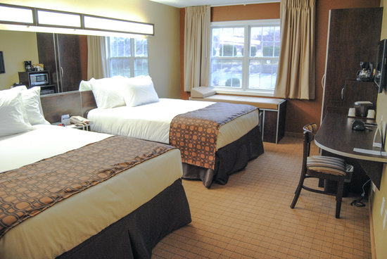 Microtel Inn & Suites by Wyndham Mineral Wells/Parkersburg: Guestroom with two Queen beds