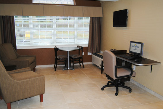 Microtel Inn & Suites by Wyndham Mineral Wells/Parkersburg: Business Center