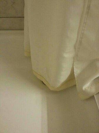 Hotel NOVA: duschvorhang nicht mehr weiss sondern gelb