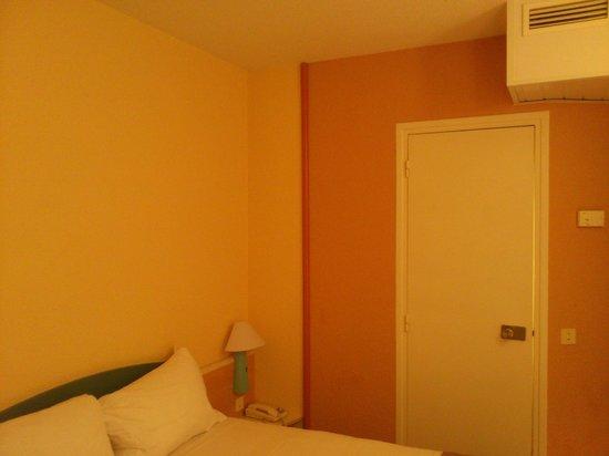 Ibis Paris Convention 15eme: Bathroom door
