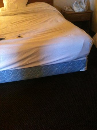 Mardi Gras Hotel & Casino: no valance on bed
