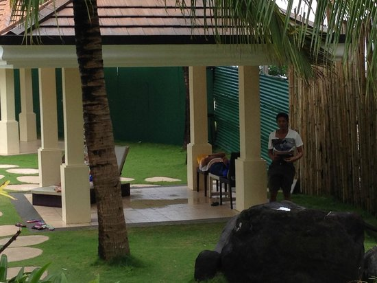 Misibis Bay Resort: staff without uniforms dressed very inappropriately exposing his mid-section