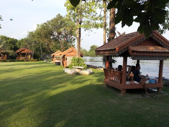 Buasawan Resort & Restaurant : Enjoying some cold beers by the river