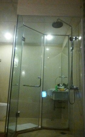 Hanoi Twins Hotel: cool shower