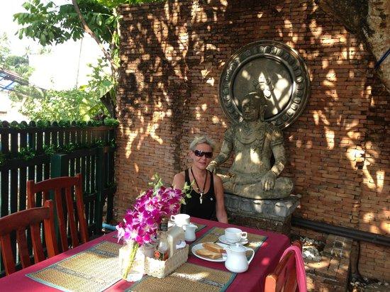 Kata Minta: Breakfast room with buddha image