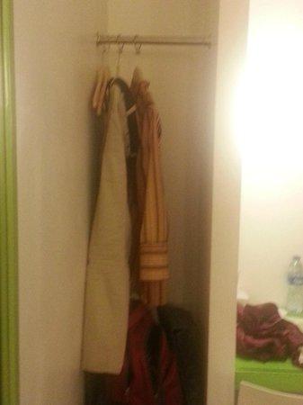 Amaris Hotel Thamrin City: lemari / tempat menggantung pakaian