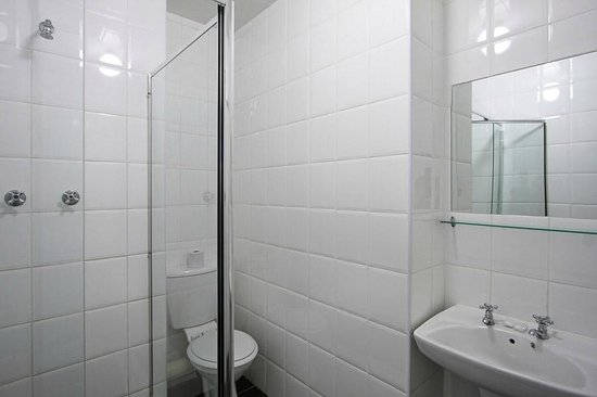 Vetho 2 Apartments OR Tambo Airport: Bathroom with Shower