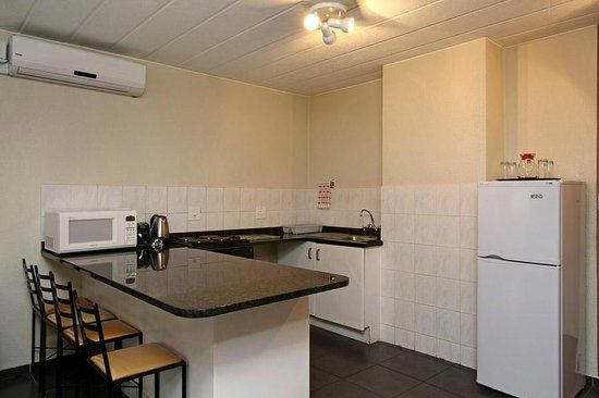 Vetho 2 Apartments OR Tambo Airport: Open plan Kitchen