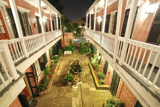Lamothe House Hotel: Lamothe House Pond and Courtyard in the Evening