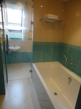 Grand Hotel Zvon: bath