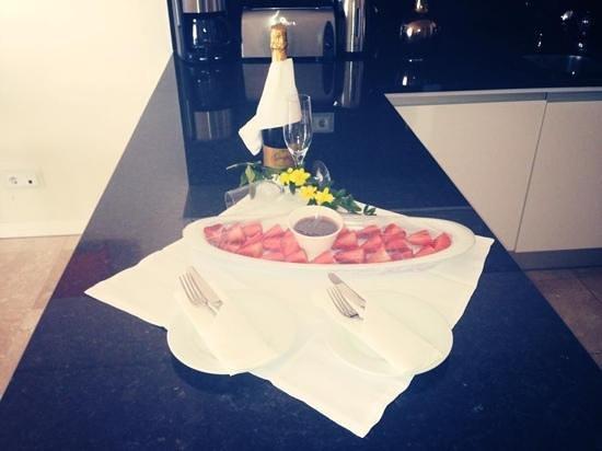 Monte Santo Resort: Strawberries and chocolate..and wine!