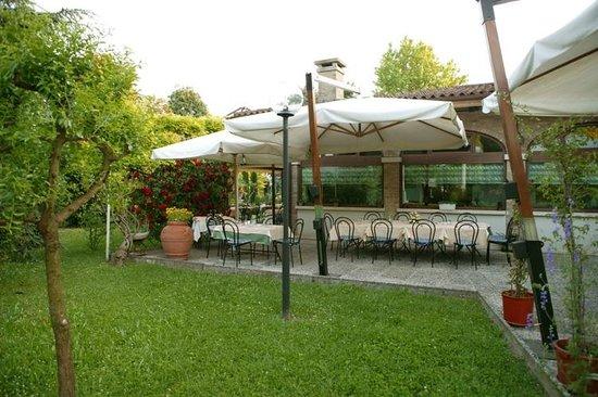 Il giardino estivo dotto di campagna foto di ristorante for Ristorante della cabina di campagna