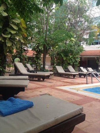 Angkor Riviera Hotel: great chilled out pool area