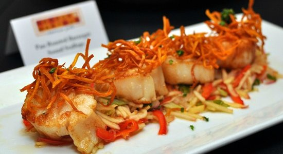 George and Martha's American Grille: Pan Roasted Barnegat Sound Scallops - apple celery salad, cripsy sweet potato & olive oil