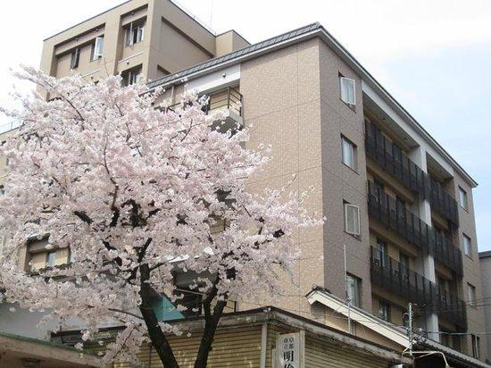ヴィアイン京都四条室町, 外観(隣の桜が満開)