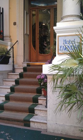 Hotel Farnese: steps up to front door