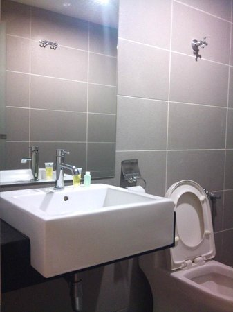 V Garden Hotel: clean bathroom