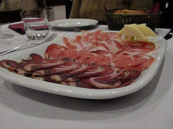 Taberna do Porfirio: Salpicão, chouriço, presunto e queijo de Lamego