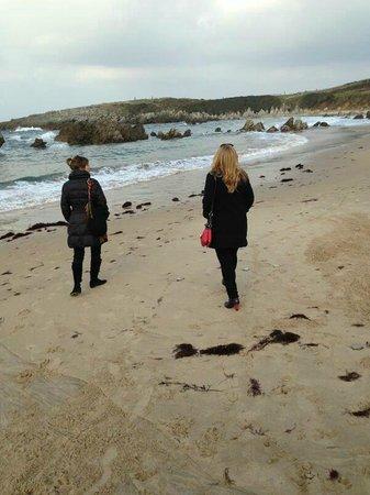 La Llobera Apartamentos: Paseando por la playa de Toró, llanes