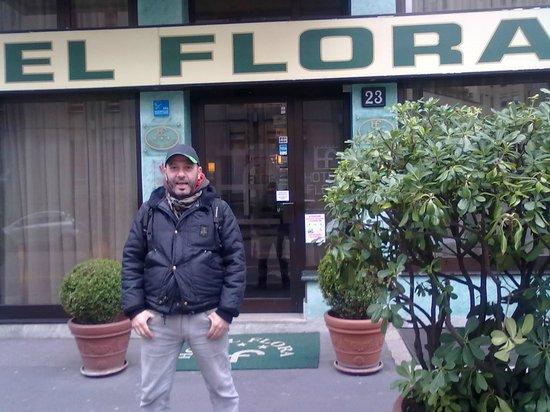 Flora Hotel: toro davanti all'hotel