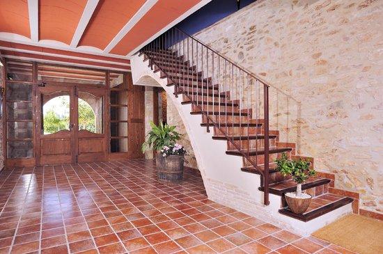 entrada recibidor y escaleras de masia casa roja