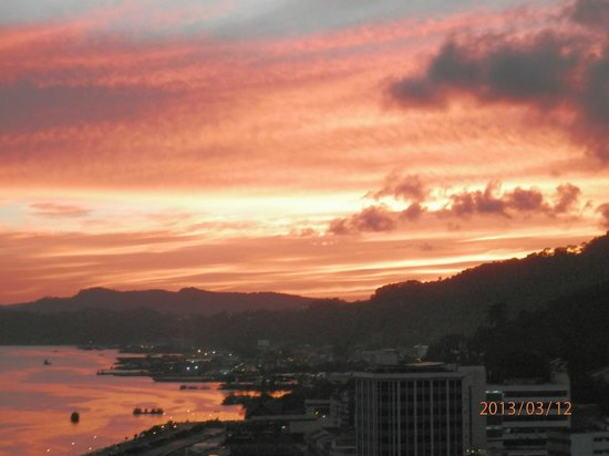 Four Points by Sheraton Sandakan: Sunset from restaurant