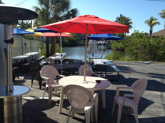 Bayside Sports Bar and Grille: Outside