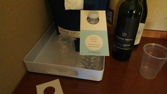 Four Points Hotel and Suites Kingston: 2 bouteilles d'eau gratuites, ainsi qu'un saut à glace