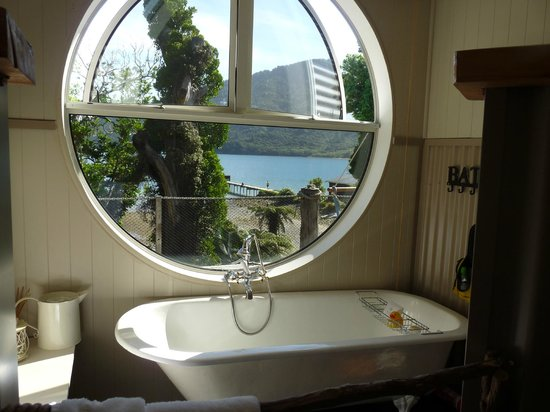 The No Road Inn: Bathroom with one way glass window!