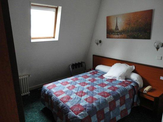 Hotel Troyon : Habitación muy cómoda, con placard, caja de seguridad, un escritorio y buen baño