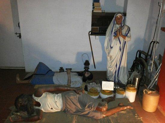 Wax World Museum : Mother Teresa serving people