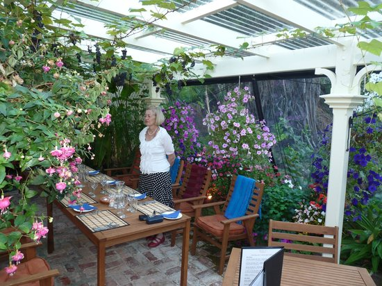 Mahana Lodge : Outside garden dining
