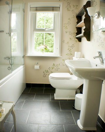 Two Rose Cottages: Bathroom