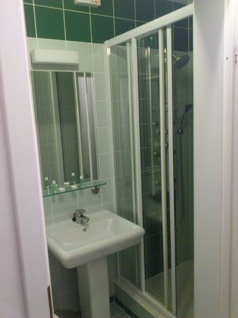 Hotel Luzan: Bathroom