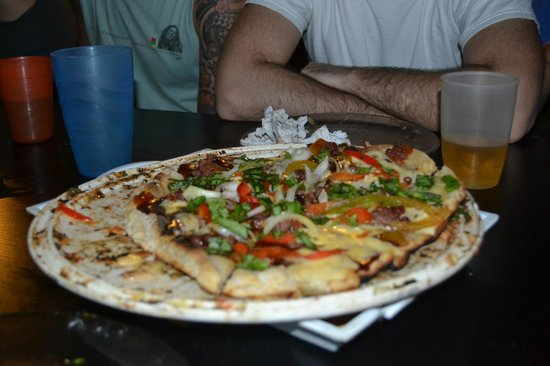 Garden House Hostel: Pizza a la Parrilla