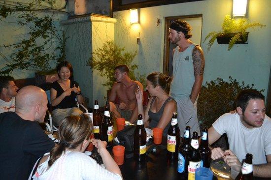 Garden House Hostel: En la Terraza, pasándola bien