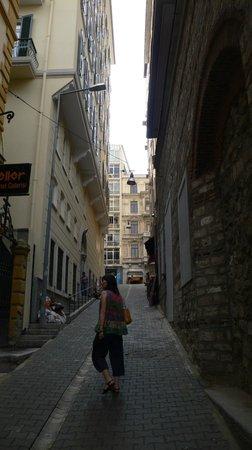 Tomtom Suites: ホテルから新市街のメイン通りまでの急な坂道