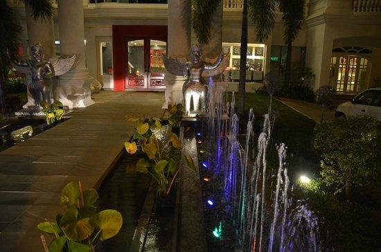Memoire d' Angkor Boutique Hotel: вечерняя подсветка