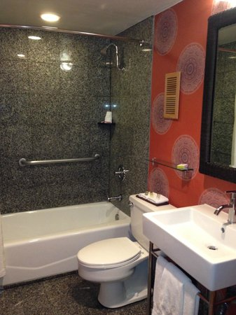 Hotel Maya - a DoubleTree by Hilton Hotel: Spacious and updated bathroom