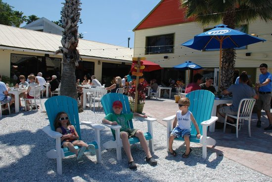 Seabreeze Island Grill and Raw Bar: Lounging outside with a view of the Intercoastal Waterway