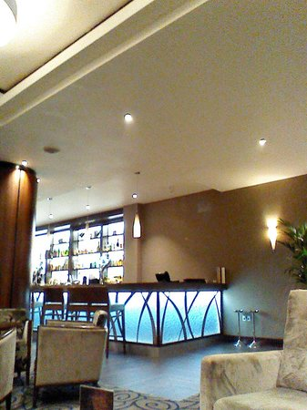 Kensington Close Hotel: the bar