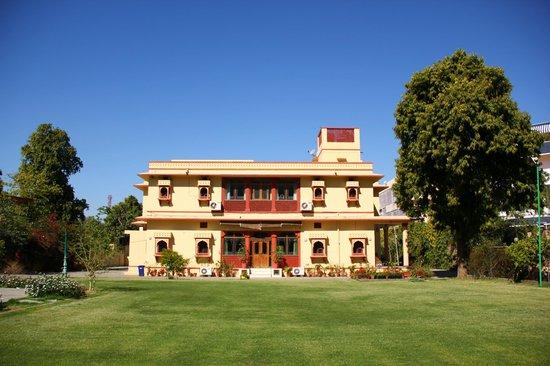 Devi Niketan Heritage Hotel: Lawn in front