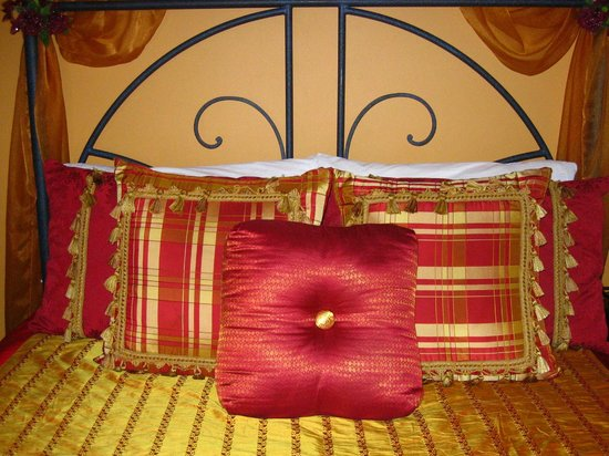 Globetrotters Bed and Breakfast: Moulin Rouge details.
